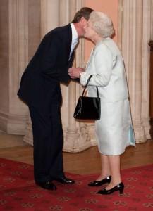 Henri mentre saluta Elisabetta II