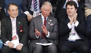 Ancora Carlo e se guardate bene o ha una spilla da cravatta a forma di spilla da balia o si è dimenticato di toglierla ;-)