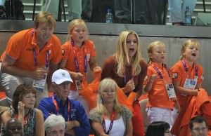 I principi ereditari dei Paesi Bassi sono tifosi accanitissimi e non mancano mai di vestire i colori nazionali, anche se l'arancione, diciamolo, non dona.