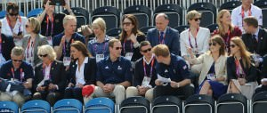 Una prova di equitazione con: Camilla, Kate, William, Harry, Beatrice ed Eugenia