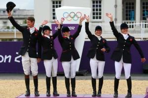 La squadra inglese - di cui fa parte anche Zara Phillips che però secondo gli esperti non ha brillato - ha conquistato l'argento nel concorso completo