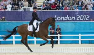 Zara Phillips durante la sua prova. Ho visto per un attimo un concorrente italiano e devo dire che è una gara incredibile, il cavallo ha la grazie e la leggerezza di ballerino. Affascinante.