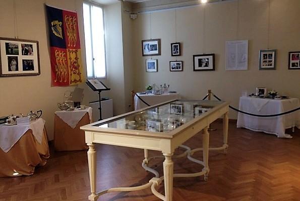 Un tè con Elisabetta II al museo Glauco Lombardi di Parma fino al 24 settembre